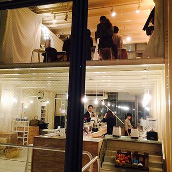 カフェから望む2階サロン